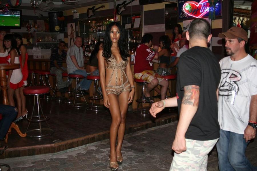 Фото и видео проституток тайланда, раб прислуживает и моет ноги госпоже